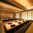 こちらは32名様迄ご利用いただけるご宴会個室です。宴会や歓迎会・送迎会はもちろん、記念日やご家族のお祝いの席等にもご利用いただける広々とした個室席です。掘りごたつなのでリラックスしてお寛ぎいただけます。京橋駅周辺で大切な方と過ごす日には、是非『個室会席 北大路 京橋茶寮』をご利用くださいませ。