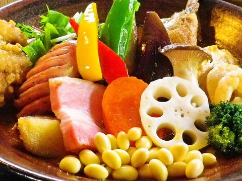 日頃不足しがちな野菜を色々食べられる!月替わりカレーも大好評の路地裏カレー店♪