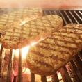弾力ハンバーグのお肉は、豪州産の最高級グレード。ロース肉の筋と脂身をはずし贅沢に赤身肉だけを使用します。中に旨みを封じる様に炭火で一気に焼き上げていきます。お肉の状態を見ながら、一番良い火通りを見極めるのは職人技です。