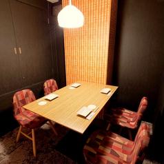 【テーブル席:4名様までご利用頂けます】少人数様向けの完全個室もございます。ご友人との飲み会やデートにも完全個室をご用意致します。プライベート空間あるお席でのお食事をお愉しみください。お食事やコース、ドリンクを種類豊富にご用意しておりますので最後まで飽きることなくお楽しみ頂けます!お越し下さい♪