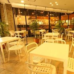 【ロビー】テーブル席 ちょっとしたコーヒーブレイクやお仕事のお打合わせなどにも便利な入り口横のロビー席。