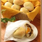 とろ~り半熟卵のカレーパン♪半熟卵と甘辛カレーの相性抜群です。半熟にゆで上げされらに半熟に焼き上げる絶妙な焼き加減。焼き手の技が光るパンです。
