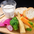 料理メニュー写真新感覚!冷たいのにとろけるチーズフォンデュと旬の野菜