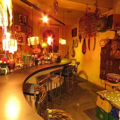 まさにアフリカそのもの!といった「アフリカ大陸」は、アフリカフリークのママが経営☆吉祥寺で唯一のアフリカンなお店である当店は、お一人様でも気軽に楽しめる事でも人気です!ママの作る本場の家庭料理、珍しい民族雑貨、アフリカ最新の映画や音楽なども流してます♪日本に居ながら、アフリカの今を知れるお店です!