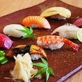 当店では、旬の魚をメインで寿司を提供いたします。定番のお寿司は大人からお子様まで人気の料理です。その日しか味わえないお魚もご堪能いただけます。その日の提供内容はお気軽にスタッフにお声がけください。誕生日、記念日、お祝い事、デートなど特別な日にも最適なお料理をこの機会に是非ご賞味ください。