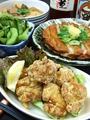 料理メニュー写真川海老の唐揚げ、なんこつ唐揚げ、ポテトフライ、ちくわ磯辺揚げ、コロッケ