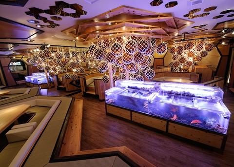 店内の生け簀から直接取り出された新鮮な魚介類を目の前で調理してくれるお店!