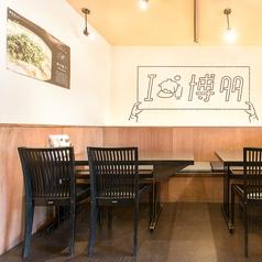 1階のテーブル席。片側ベンチシートでゆったりできます。隣と繋げると8~9名様まで入ります!