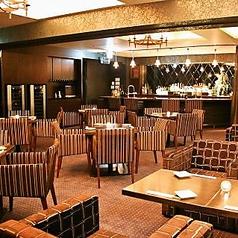 【5FBAR Lounge モヒート】当店自慢のモヒートフロア!17時より通常営業にてご案内中☆ローテーブルとゆったりサイズの肘掛ソファーが自慢のこちらのお部屋!お洒落なバーカウンターも魅力です☆大きな窓越しに、美味しい食事とドリンク・・・ごゆっくりおくつろぎ下さい。