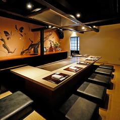 【2階】海外からのお客様のおもてなしにも。オシャレな和モダン空間。2階は目の前で料理人が素材の味を活かしながら、お好みの焼き加減で調理させていただく特別空間です。