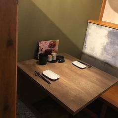 おこもり感のある2名様までの半個室もございます。当店自慢のお食事で楽しいひと時をお過ごしください。