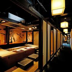 【2階】清潔感がありスタイリッシュな和モダン空間は、海外からのお客様にも大変ご好評いただいております。接待やデート、会食、お誕生日などの記念日にもおすすめのお席です。
