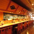 【カウンター席】料理人たちを目の前で見ることができるカウンター席は臨場感抜群です!