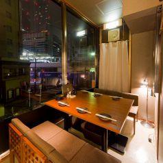 窓際のカウンター席、最大6名様迄。目の前では新幹線の往来やネオン輝くツインタワーなど、名古屋の玄関口の風情を楽しみながらお酒を酌み交わしていただけます。