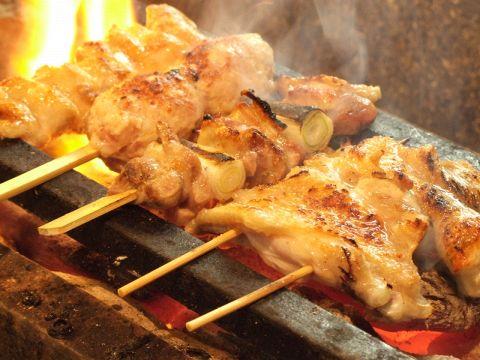 産直の地鶏を一羽ずつ捌き、丁寧に焼くこだわりの焼き鳥。こだわりの地酒を是非。