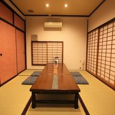 ≪お座敷個室|4名様用≫博多・長崎・熊本等、幅広く九州料理を味わえる当店では、少人数様向けの個室をご用意しております。周りを気にすることなくお過ごしいただけるので、小さなお子様連れのお客様にも安心です。店内は分煙となっておりますので、お席のご希望ありましたらお気軽にご相談ください。