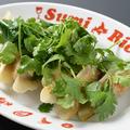 料理メニュー写真パクチー肉汁餃子(6つ)