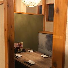 靴をぬがず使えるテーブル席。周りのお客様を気にせずお愉しみいただけるゆったりとした半個室となっております。