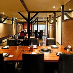 【1階】落ち着いた雰囲気で焼肉を楽しんでいただける、テーブル席を2~30名様まで完備しております。店内から眺めることが可能な中庭を設けており、開放30感のある空間です。