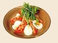 料理メニュー写真トマトとモッツァレラチーズのサラダ