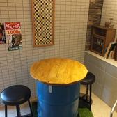 ドラム缶で作ったオリジナル感のあるテーブル席。2名×1卓