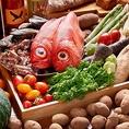 丹念に生産された食材は提携農家を通じ安心安全な新鮮に満ちたものだけを厳選し使用するという徹底ぶりが当店自慢の一品となってまいります。生産者にも料理を提供したところ美しく変貌した料理に舌筒みを打って頂けました♪