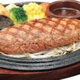 玉ねぎ・パン粉を一切使用しないステーキタイプのハンバーグ。しっかりとお肉の食感が味わえる。これがカウベルの名物です。【150g800円(税抜)/200g980円(税抜)/300g1450円(税抜)/400g1900円(税抜)/600g2850円(税抜)】