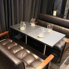 4名様までご利用可能なソファータイプのテーブル席を2卓ご用意しております。 【流川】【誕生日】【女子会】【合コン】【サプライズ】【二次会】【貸切】【ダーツ】【カラオケ】【バー】【飲み放題】