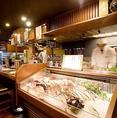 生簀の活魚、陳列鮮魚が見える席です。