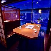 梅田の夜景を見下ろす半個室ロケーション。お席の隣同士で騒いでも気にならず、それでいてしっぽりくつろげる【個室対応】デートや女子会に最適。