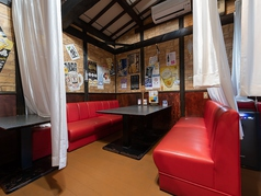 赤が目にまぶしいソファー席!こちらのお席はカーテンで仕切られているので、プライベートなお食事にピッタリ♪人気のお席です!