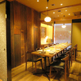 6名までのテーブル個室2部屋を繋げて最大12名ほどの宴会が可能!