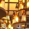 お店の天井には、一際目を引くボトルビールのシャンデリア☆