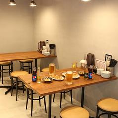 少人数飲み会にもピッタリのテーブル席。清潔感のある店内で豪快に餃子とビール♪