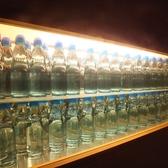 ラムネ瓶がズラリと並んだ個室席。他いろいろな思考の個室空間