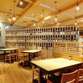 【圧巻の酒棚☆】店内に大きく設けられた酒棚は圧巻!日本酒好きにはたまらない銘酒のラベルもお楽しみいただけます。店長との日本酒談義に花を咲かせるのも◎