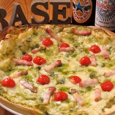 料理メニュー写真たっぷりバジルのピザ