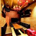 【ROOM:CAVIN(キャビン)】ダーツ付きのお部屋。赤いシャンデリアが印象的。窓付き夜景ルーム。♪#なんば#女子会#宴会#2次会#南国#デート