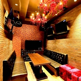 【ROOM:CAVIN(キャビン)】ダーツ付きのお部屋。赤いシャンデリアが印象的。窓付き夜景ルーム。