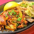 料理メニュー写真鶏ミックス鉄板 ハーフ&ハーフ