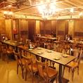 【テーブル席】女子会や同僚とのお食事にピッタリな4名様用のテーブルです。シャンデリアが輝く広々とした空間の中でお過ごしいただけます。テーブルを繋げれば最大30名様のパーティも可能。会社宴会や地域のお集まり、同窓会などにご利用ください。