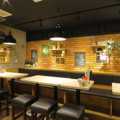 レンガ造りの壁がどこか落ち着く雰囲気をもたらしてくれます。おしゃれな店内で会話も盛り上がる♪お食事とお酒でワイワイ盛り上がるなら、がブリチキン。で!