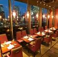 【テーブル席】解放感のある大きな窓からは、東京・丸の内の夜景が一望できます。落ち着いた雰囲気でゆっくりお過ごしいただけます。女子会や、大切な方と過ごすには最適なお席です。ご予約はお早めに。ご連絡お待ちしております。