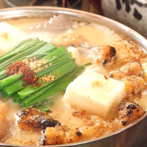 季節の食材を使用した旬の小料理や、季節を問わず人気のもつ鍋を堪能。