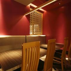テーブル席はお仕事帰りやデートにもぴったり。和モダンな雰囲気の中でゆったりとした時間をお過ごしいただけます。