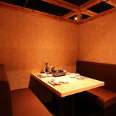 【半個室のテーブル席】カップルや友人と小規模な集まりにぴったりです。