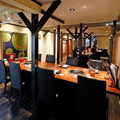 【1階/フロア貸切】30名様まで!会社宴会や同窓会など、大人焼肉宴会を開催!京町家を改装した趣のある上質な空間と自社牧場で育てた良質な肉で、贅沢な焼肉宴会をご開催ください。フロアを丸々ご利用いただくと最大30名様までご着席可能です。