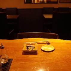 バーの醍醐味「カウンター」でウイスキーを眺めながらゆったりした時間を過ごせば日頃の疲れも吹き飛びます。