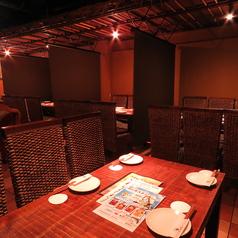 2Fテーブル席 奥のお席はパーテーションを使ってお客様同士の接触を最低限にしております。