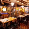 新鮮なイカが泳ぐ生簀のある広々開放的なテーブル席の空間。活気に溢れた酒場の雰囲気をお楽しみください★少人数の飲み会から、テーブルを繋げて最大40名様のフロア貸切宴会まで様々なシーンに対応可能です!